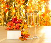 Copas de champán para recepción frente a fondo de otoño