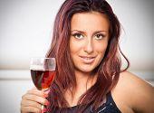 Porträt des jungen glücklich lächelnd fröhlich schöne Frau mit Glas Rotwein. Sie ist in diesem Jahr