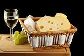 Vinho em vidro fino com queijo e uva branca