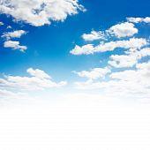 Cielo azul con nubes. Parte sobreexpuesta (aislado en blanco).