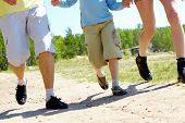 Постер, плакат: Ноги трех членов семьи спускаясь лес пути во время летних каникул