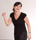 Retrato de una risa morena de ojo verde atractiva Vestido de negro