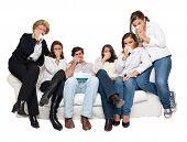 eine Gruppe von Familienmitgliedern sitzen zu Hause vor dem Fernseher Weinen