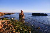 Azul vista do mar mediterrânea e rochas em Las Rotas Denia Espanha, praia