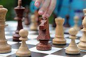 peça de xadrez cavaleiro negro sobre fundo