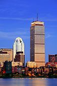 Skyline de cidade Boston ao entardecer com Prudential Tower e urbanas arranha-céus ao longo do Rio Charles com ligh