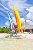 Bunte Katamarane in einem Resort in Cayo Coco (Coco Schlüssel), ein schönes Reiseziel in Kuba (auf