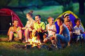 Gruppe von Happy Kids Rösten Marshmallows am Lagerfeuer