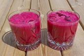 Magenta Rosa Fruchtsaft in Crystal Gläser