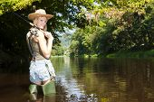 mujer de pesca en Río Jizera, República Checa