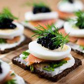 Canapés con salmón y caviar