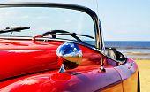 Velho clássico jaguar vermelho na praia