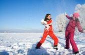 Duas meninas brincando com a neve