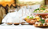 tabela de catering definir serviço com taças de vidro e prata no restaurante antes de festa