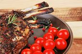 diente Hammelfleisch Rippen auf Platte über Holz