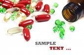 Frasco de comprimido com pílulas de vermelhos e verdes - sobre um fundo branco com espaço para texto