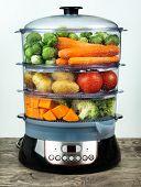 Comida sana en vapor, cocinar al vapor con varias frutas y verduras