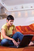 junge Frau ist einen Laptop verwenden