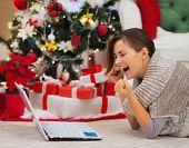 Mulher feliz com Laptop perto de árvore de Natal alegria sucesso