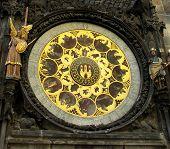 Primer plano del famoso reloj astronómico Medieval.