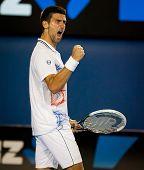 MELBOURNE - el 27 de enero: Novak Djokovic de Serbia en su victoria final semi sobre Andy Murray de gran Bri