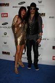 LOS ANGELES, CA - 13 de FEB: Slash & Perla Hudson en la fiesta del GRAMMY EMI leche Studios en febrero