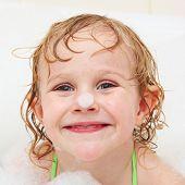 sonrisa de niña en el baño