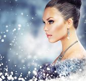 Frau Winter in Luxus Pelz Coat.Beauty Christmas Girl Portrait. Pelz-Mode. Schnee. Schmuck