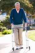 Alter Mann mit Walking Frame