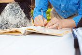 ein Gästebuch signieren