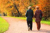 zwei ältere Frauen im Park im Herbst
